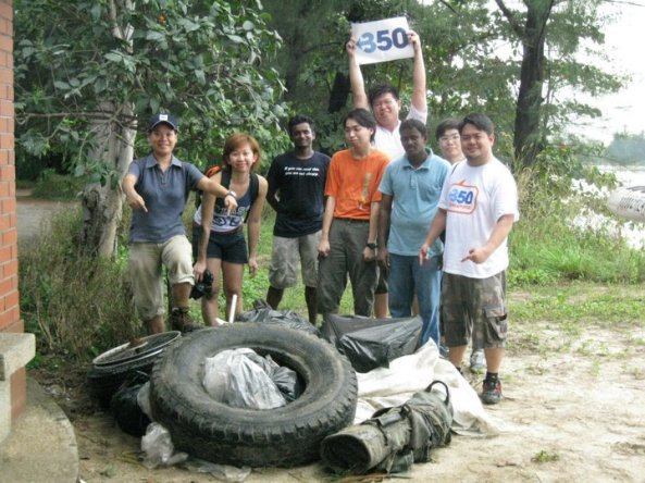 TYN_350_Singapore_at_a_coastal_cleanup,_Singapore