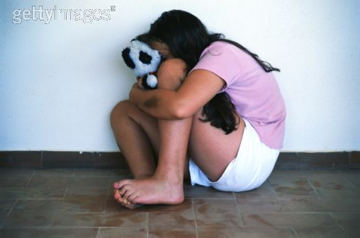 Girl-Cowering-Against-a-Wall-by-Getty-Images-usada-em-post-sobre-pedofilia